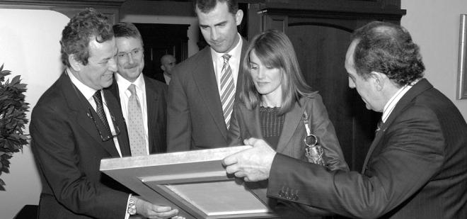 Placa Conmemorativa entregada a SSAARR Los Príncipes de Asturias. Círculo de Empresarios de Galicia.